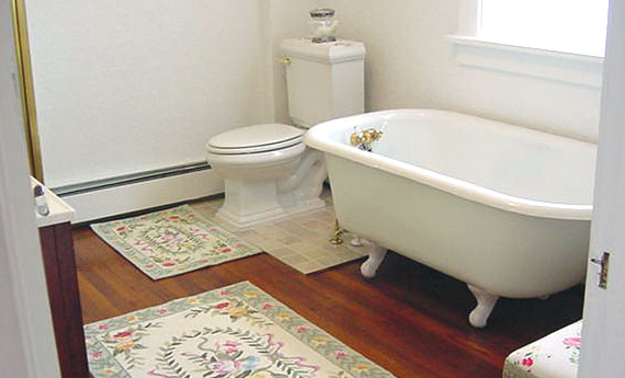 Bathroom Photos Claw Foot Tub - Clawfoot tub in small bathroom