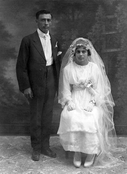 VINTAGE WEDDING PHOTOGRAPHY C1900 1920 Bride And Groom Pose Stiffly In Their Vintage Wedding Attire Image Credit The Robert Runyon Photograph