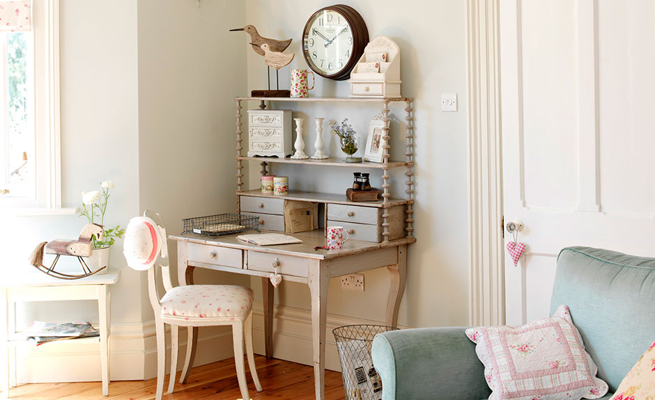Live Laugh Love created this vintage themed room set that's been inspired by many of its online products.